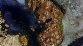 Luchtmening van het eiland in de vorm van een beer in het midden van de vijver stock video