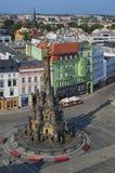 Luchtmening van het Hogere Vierkant in de Tsjechische die stad Olomouc door de Heilige die Drievuldigheidskolom wordt overheerst  royalty-vrije stock foto