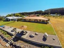 Luchtmening van het huis van de waterkant met perfect landschap Stock Fotografie