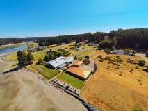 Luchtmening van het huis van de waterkant met perfect landschap Royalty-vrije Stock Foto