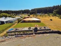 Luchtmening van het huis van de waterkant met perfect landschap Stock Foto's