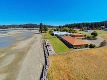 Luchtmening van het huis van de waterkant met perfect landschap Royalty-vrije Stock Foto's