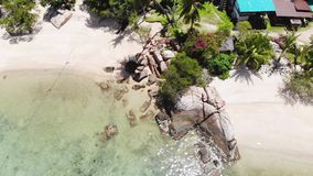 Luchtmening van het jonge vrouw zwemmen in verbazende duidelijke wateren en tropisch eiland met palmen Mening van het roteren stock footage