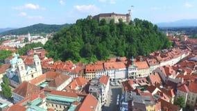 Luchtmening van het Kasteel van Ljubljana op de rivier Ljubljanica, Slovenië stock footage