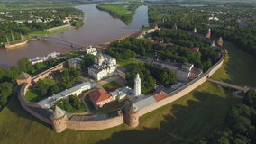 Luchtmening van het Kremlin in Velikiy Novgorod, luchtmening stock footage