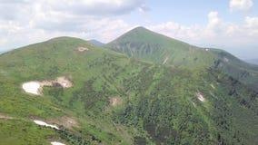 Luchtmening van het landschap van de de zomerberg carpathians ukraine stock videobeelden