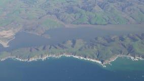 Luchtmening van het landschap dichtbij Tomales-Baai, Inverness stock videobeelden
