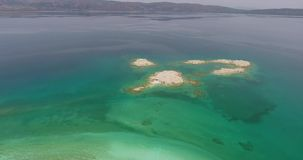 Luchtmening van het Meer van Hydromagnesite Salda, Turkije stock video