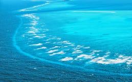 Luchtmening van het mooie tropische eiland en het overzees van de Maldiven stock afbeeldingen