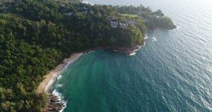 Luchtmening van het overzees en de kustlijn van het strand in Phuket stock video