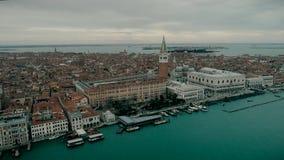 Luchtmening van het panoramische oriëntatiepunt van Venetië, luchtmening van Piazza San Marco of st Tekenvierkant, Campanile en D stock videobeelden