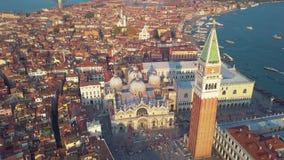 Luchtmening van het panoramische oriëntatiepunt van Venetië, luchtmening van Piazza San Marco of st Tekenvierkant, Campanile en D stock footage