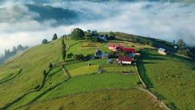 Luchtmening van het Roemeense dorp stock footage