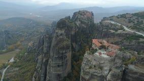 Luchtmening van het rotsachtige landschap en de kloosters van Meteora in Griekenland stock video