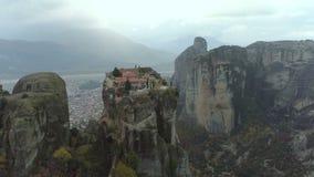 Luchtmening van het rotsachtige landschap en de kloosters van Meteora in Griekenland stock footage