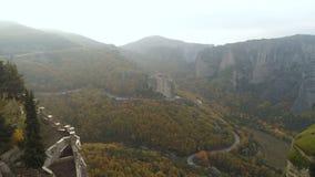 Luchtmening van het rotsachtige landschap en de kloosters van Meteora in Griekenland stock videobeelden