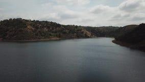 Luchtmening van het Rumblar-Reservoir bij 79% van zijn capaciteit, dichtbij de bevolking van La Encina van Baños DE stock video