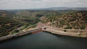 Luchtmening van het Rumblar-Reservoir bij 79% van zijn capaciteit, dichtbij de bevolking van La Encina van Baños DE stock videobeelden