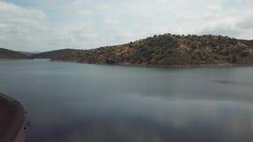Luchtmening van het Rumblar-Reservoir bij 79% van zijn capaciteit, dichtbij de bevolking van La Encina van Baños DE stock footage