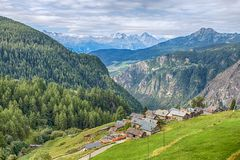Luchtmening van het schilderachtige dorp van Gemzen, in Val D ` Aosta, Italië Zijn eigenaardigheid is dat de auto's niet in vill  royalty-vrije stock foto's