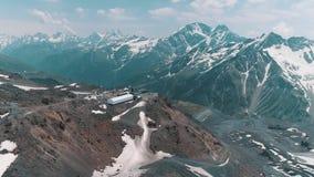 Luchtmening van het schilderachtige landschap van aard sneeuw rotsachtige pieken stock footage