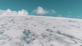 Luchtmening van het schilderachtige landschap van de aard sneeuw rotsachtige berg stock footage