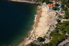 Luchtmening van het strand en de buurthuizen van Urca, Rio de Janeiro, Brazilië. Stock Foto