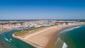 Luchtmening van het strand en de haven van Heilige Gilles Croix de Vie in Ve stock foto's