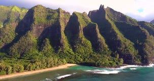 Luchtmening van het Strand van Kauai in Hawaï stock footage
