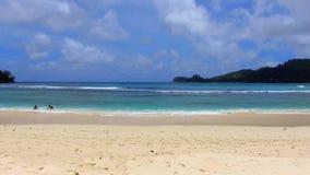 Luchtmening van het Strand van Baie Lasare, Mahe Island, Seychellen 10 stock footage