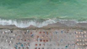 Luchtmening van het strandtoevlucht van de Zwarte Zee stock footage