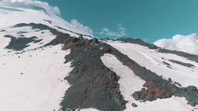 Luchtmening van het toneellandschap van aard sneeuw rotsachtige pieken stock footage