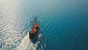 Luchtmening van het varende schip van de partijboot op zee stock footage