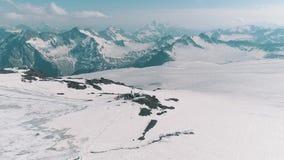 Luchtmening van het verbazingwekkende landschap van aard sneeuw rotsachtige pieken stock videobeelden