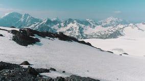Luchtmening van het verbazingwekkende landschap van de aard sneeuw rotsachtige berg stock videobeelden