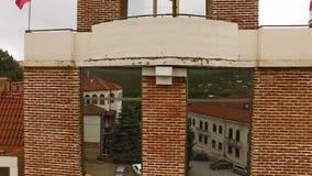 Luchtmening van het vierkant en het stadhuis van David in Sighnaghi-stad, Georgië, toerisme stock footage