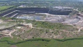 Luchtmening van het werk in een mijnbouwcarrière stock videobeelden