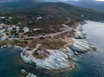 Luchtmening van het winden van wegen van het Franse kustdorp van Barcaggio corsica Kustlijn frankrijk royalty-vrije stock foto's
