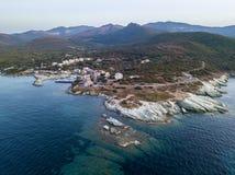 Luchtmening van het winden van wegen van het Franse kustdorp van Barcaggio corsica Kustlijn frankrijk stock foto's