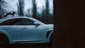 Luchtmening van het witte auto drijven bij de landweg in bos stock video