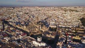 Luchtmening van historische stad en kathedraal van Sevilla, Spanje stock footage