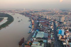 Luchtmening van Ho Chi Minh-stadsrivieroever - Saigon-haven bij de avond Royalty-vrije Stock Foto's