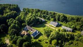 Luchtmening van hommel op één huis in platteland royalty-vrije stock foto