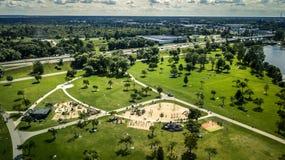 Luchtmening van hommel op het groene park stock afbeeldingen
