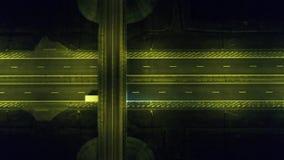 Luchtmening van hommel over een rotonde, nacht stock videobeelden
