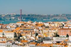 Luchtmening van Horizon de Van de binnenstad van Lissabon van de Oude Historische Stad en 25 DE Abril Bridge vijfentwintigste Apr Royalty-vrije Stock Foto's