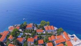 Luchtmening van hotels op het eiland, Montenegro, Sveti Stefan 10 stock videobeelden