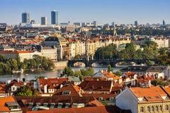 Luchtmening van huizen, daken en Charles Bridge van Praag Stock Afbeeldingen