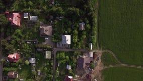 Luchtmening van huizen met groene werven in platteland, Rusland stock videobeelden