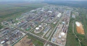 Luchtmening van industriële de installatiepost van de olieraffinaderij De achtergrond van de gasindustrie stock footage